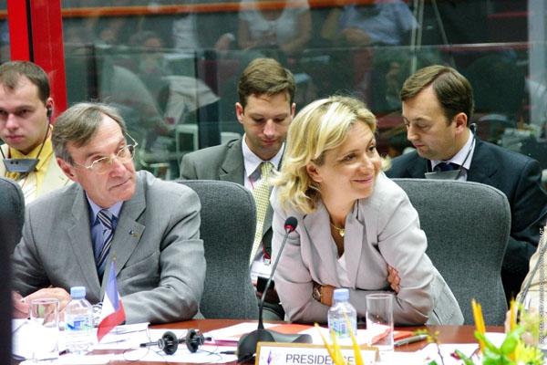 Yannick d'Escatha et Valérie Pécresse au cours d'une session plénière. Crédit : ESA-CNES/activité optique video Ph. Collot.