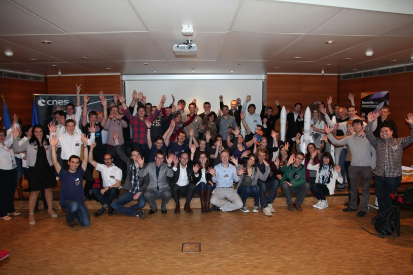 Family portrait of Ariane 6 kick-off participants at the first SpaceUp Paris at CNES's Launch Vehicles Directorate. Credits: CNES.